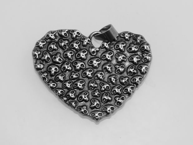 Ocelový přívěsek Srdce z lebek