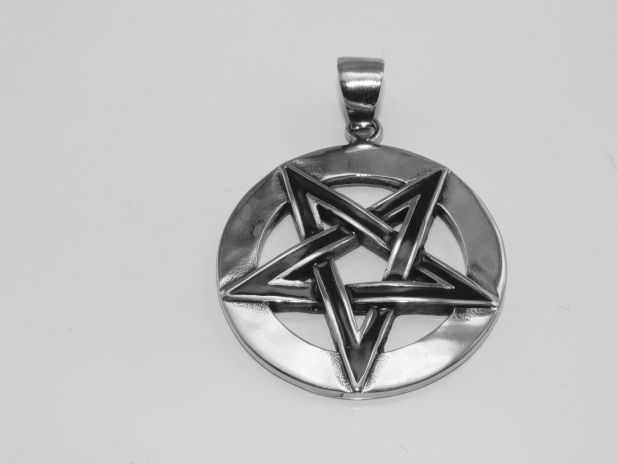 Ocelový amulet. Obrácený pentagram
