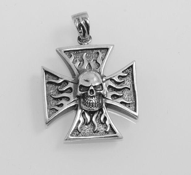 Stříbrný přívěsek Maltézský kříž s lkebkou a plameny