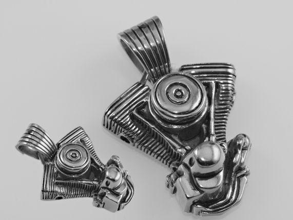 1. Přívěsek z chirugické oceli Motor V