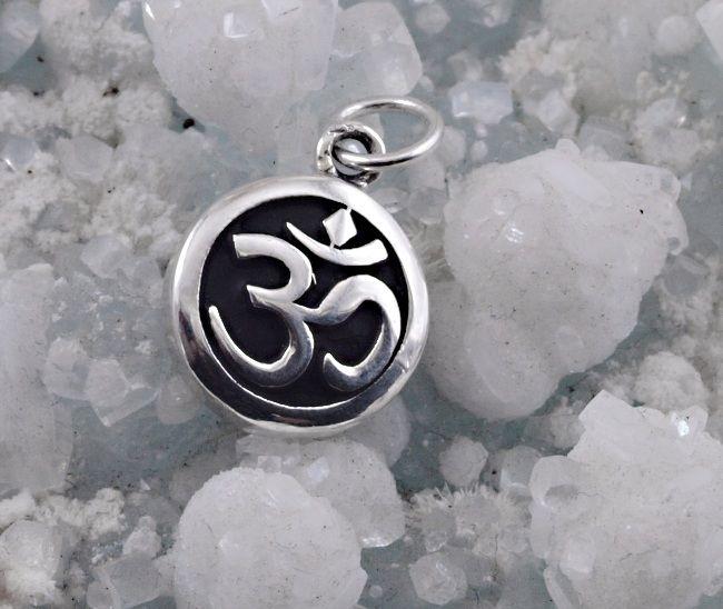 1.Stříbrný přívěsek symbol Óm