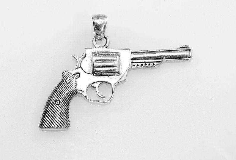 Stříbrný přívěsek Colt