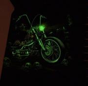 Ve tmě svíti mašina
