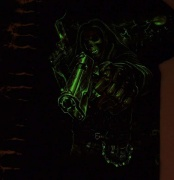 Ve tmě svítí pistolník