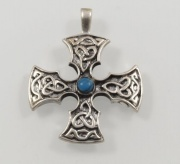 Stříbrný přívěsek - KELTSKÝ KŘÍŽ S KAMENEM