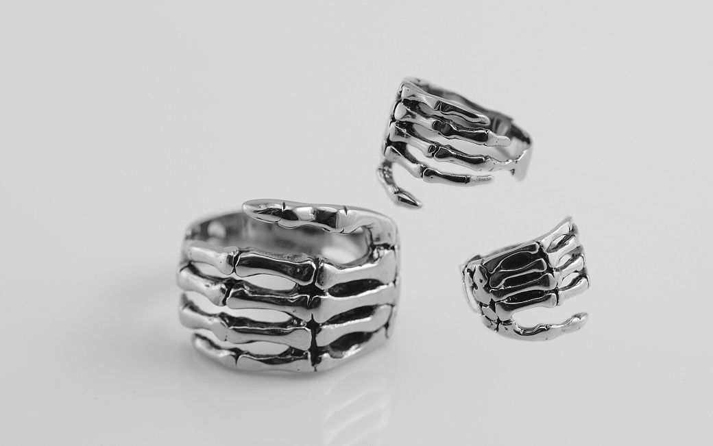 Ocelový prsten, ruka kostlivce 2