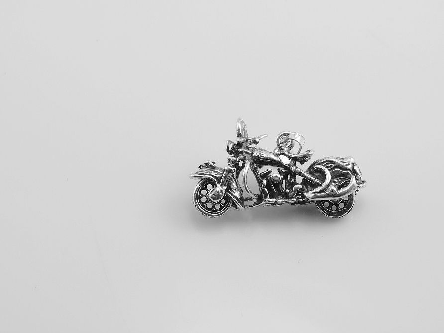 Stříbrná přívěsek motorka Chipper.